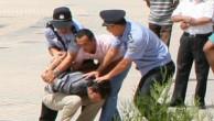 ÇİN İŞGAL POLİSİ TARTIŞTIĞI UYGUR GENCİ BABASININ GÖZÜ ÖNÜNDE DÖVEREK AĞIR YARALADI.