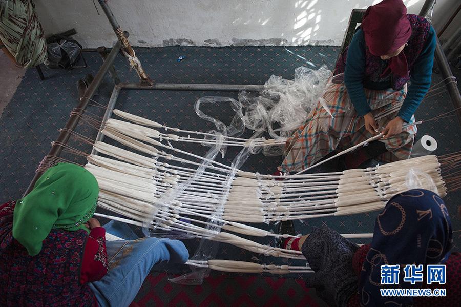新华社照片,和田(新疆),2016年11月4日 和田传统艾德莱斯绸再放光彩 11月3日,纺织工依照传统的花色图案,将丝线排列固定在木架上,然后用塑料膜进行扎染前的捆扎。 在新疆塔里木盆地南缘的和田市吉亚乡一家从事传统手工艾德莱斯绸生产作坊里,工人正在忙碌着,抽丝、纺丝、排线、扎染,最终纺织成匹,丝绸古道上的传统技艺,再次活跃在这片绿洲之上。 艾德莱斯绸主要发源于新疆和田市吉亚乡,是新疆传统特色手工艺织品。吉亚乡至今仍保留着古代植物扎染技术和传统木制纺织机。艾德莱斯绸的花纹样式来源于生活,有常见的巴旦木花、木版花纹和梳子花等图案。 由于制作工艺复杂和成本较高,传统艾德莱斯绸制作技艺并不常见,近年来在政府和企业扶持下,传统艾德莱斯绸再现昔日的绚丽色彩。据悉,吉亚乡现有艾德莱斯绸生产商、合作社50余家,艾德莱斯绸生产专业户近2000户,年产量达50余万匹,户均一年可增收8.4万余元。 新华社记者 魏海 摄
