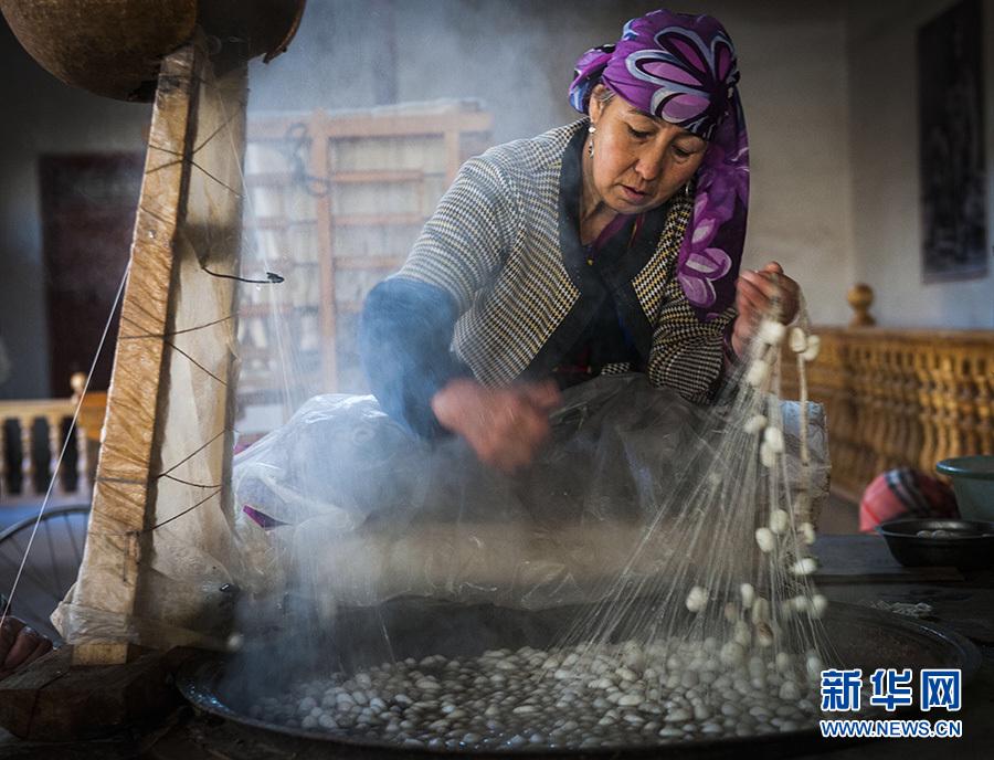 新华社照片,和田(新疆),2016年11月4日 和田传统艾德莱斯绸再放光彩 11月3日,新疆吉亚乡一个艾德莱斯绸手工作坊里,一名工人在用缫丝法抽丝。 在新疆塔里木盆地南缘的和田市吉亚乡一家从事传统手工艾德莱斯绸生产作坊里,工人正在忙碌着,抽丝、纺丝、排线、扎染,最终纺织成匹,丝绸古道上的传统技艺,再次活跃在这片绿洲之上。 艾德莱斯绸主要发源于新疆和田市吉亚乡,是新疆传统特色手工艺织品。吉亚乡至今仍保留着古代植物扎染技术和传统木制纺织机。艾德莱斯绸的花纹样式来源于生活,有常见的巴旦木花、木版花纹和梳子花等图案。 由于制作工艺复杂和成本较高,传统艾德莱斯绸制作技艺并不常见,近年来在政府和企业扶持下,传统艾德莱斯绸再现昔日的绚丽色彩。据悉,吉亚乡现有艾德莱斯绸生产商、合作社50余家,艾德莱斯绸生产专业户近2000户,年产量达50余万匹,户均一年可增收8.4万余元。 新华社记者 魏海 摄