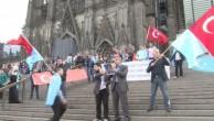 ALMANYA'DA  ÇİN'İ PROTESTO EDEN UYGURLAR İLE KOBANI GÖSTERİCİLERİ ARASINDA GERGİNLİK..!